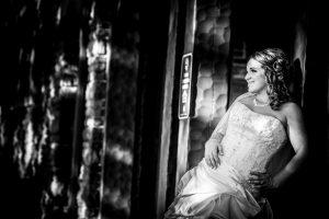 Bride posing in Niagara Falls - black and white